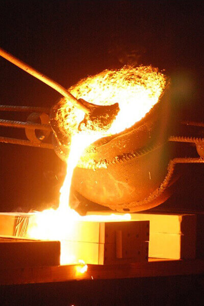 molten aluminum pouring for foundry